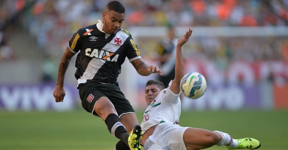 John Cley, do Vasco, disputa a bola com Edson, do Fluminense, no clássico realizado no Maracanã