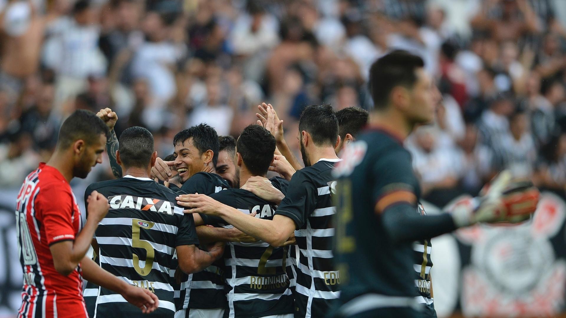 Corintianos comemoram gol de Lucca contra o São Paulo, na Arena Corinthians