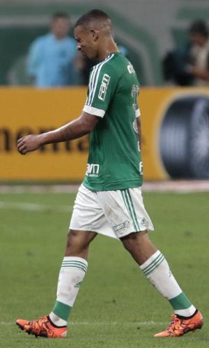 Gabriel Jesus deixa o campo com dores no ombro e é substituído por Rafael Marques