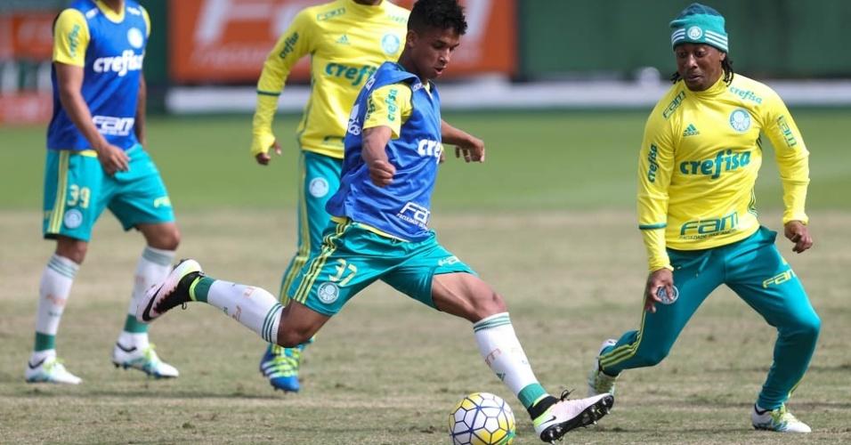 Vitinho e Arouca em lance de treino do Palmeiras realizado na Academia de Futebol