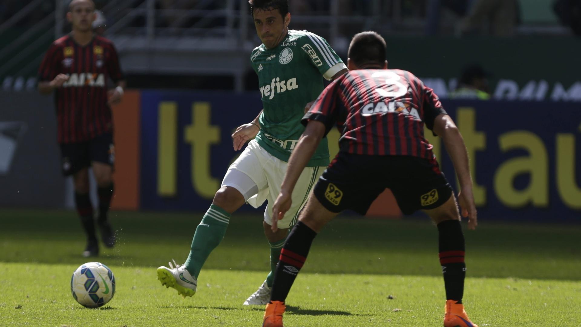 Robinho encara a marcação de Christián Vilches no duelo entre Palmeiras e Atlético-PR pelo Campeonato Brasileiro