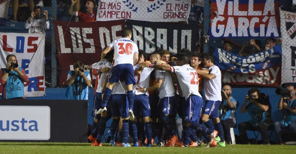 Jogadores do Nacional-URU comemoram gol marcado contra o Palmeiras, pela Libertadores