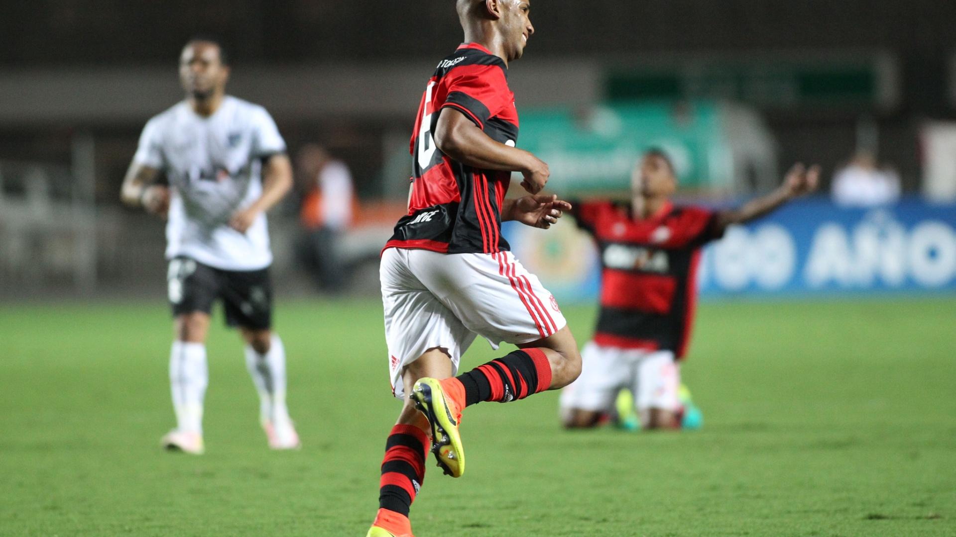 Jorge festeja gol do Flamengo diante do Figueirense pela Copa Sul-Americana
