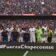 Barça e Real Madrid quebram protocolo em clássico para homenagear a Chape