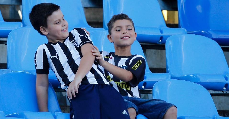 Torcedores mirins do Botafogo aguardam início da partida contra o Luverdense. Jogo terminou empatado em 0 a 0