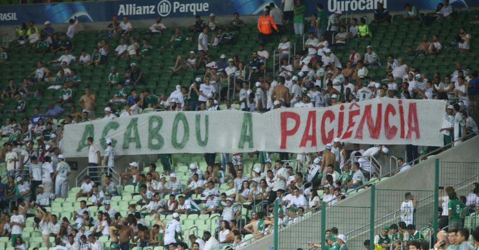 Torcida organizada do Palmeiras protesta contra o time por conta da goleada sofrida contra a Chapecoense