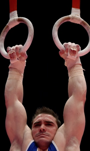 Arthur Zanetti compete nas argolas durante o Mundial de 2015