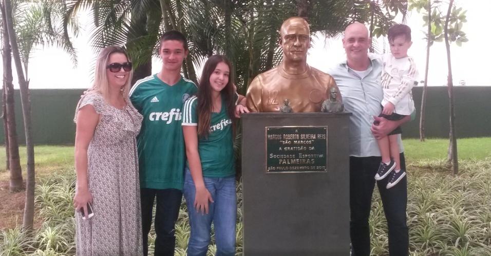Marcos inaugura busto ao lado da família