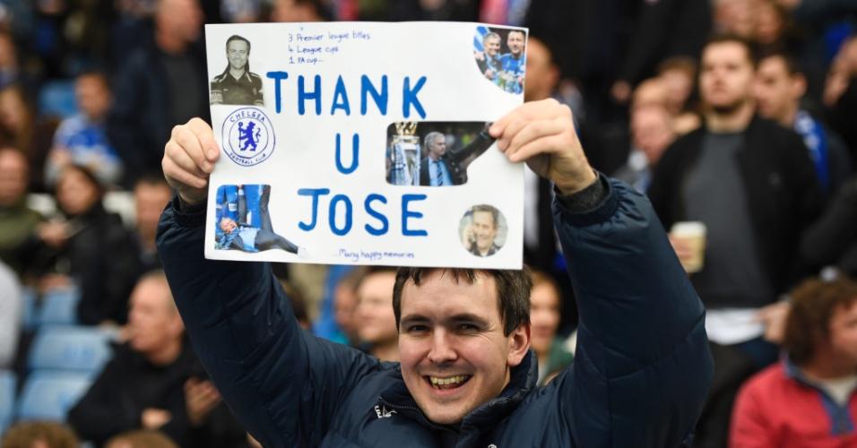 Torcida do Chelsea leva faixas e cartazes a Stamford Bridge para o jogo entre Chelsea e Sunderland pelo Campeonato Inglês. Nas manifestações, críticas à diretoria do clube e apoio ao técnico José Mourinho, demitido na quinta-feira