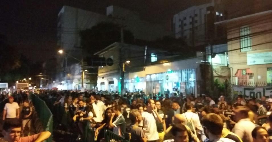 Torcedores do Palmeiras aguardam na fila para entrar no Allianz Parque