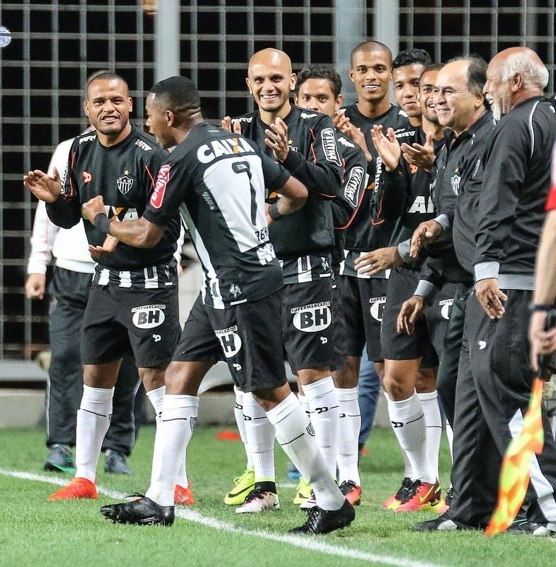 Fábio Santos ficou quatro partidas no banco de reservas do Atlético-MG