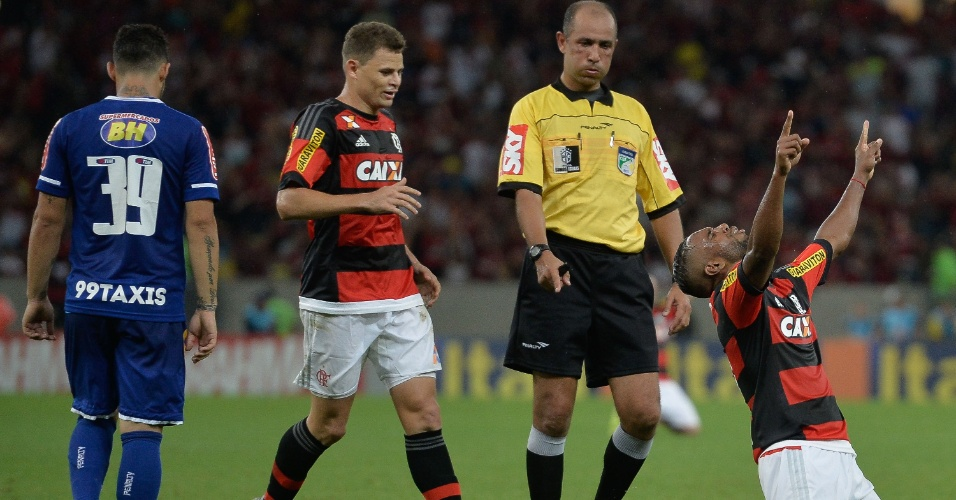 Luiz Antonio comemora após marcar para o Flamengo