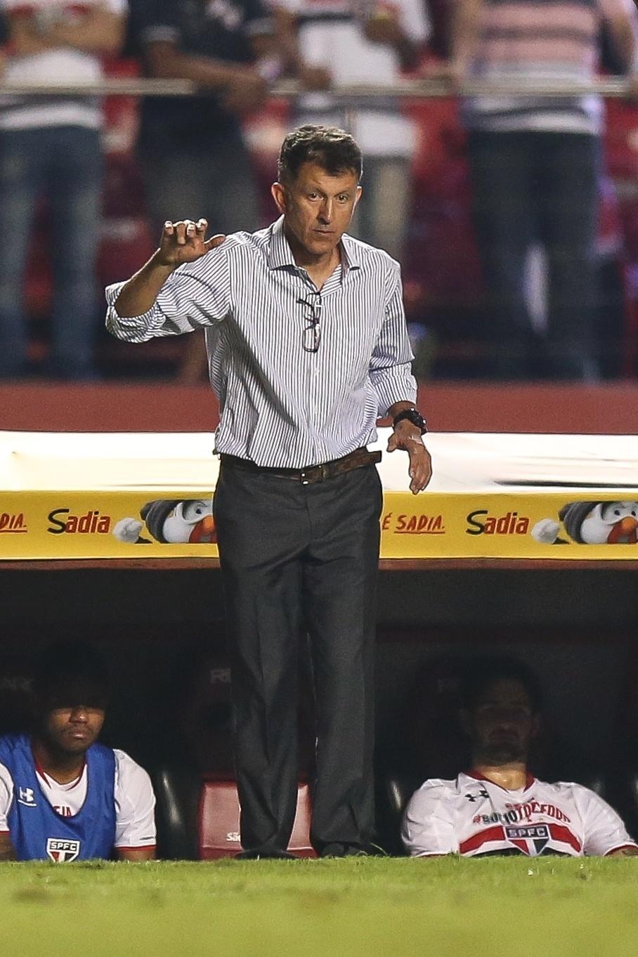 Osorio orienta atletas do São Paulo no partida contra o Vasco pela Copa do Brasil
