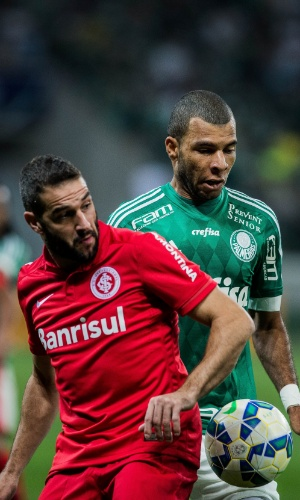 Lisandro López e Amaral tentam jogada na partida entre Palmeiras e Internacional na Copa do Brasil