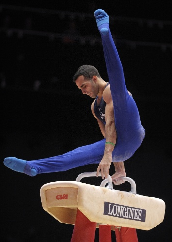 Danell Leyva, ginasta norte-americano, se apresenta no cavalo com alças na eliminatória do Mundial de ginástica artística