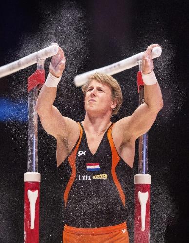 Epke Zonderland, ginasta holandês, se apresenta nas barras paralelas na eliminatória do Mundial de ginástica artística