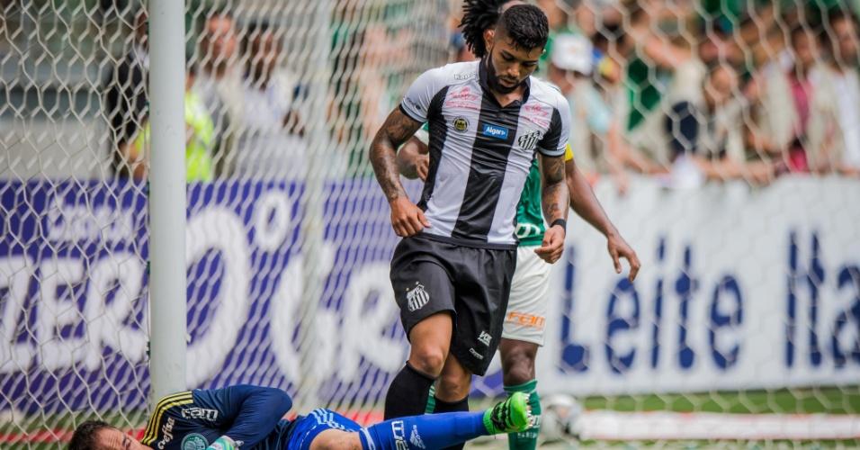 Fernando Prass fica com a bola após ataque do Santos no clássico pelo Campeonato Paulista