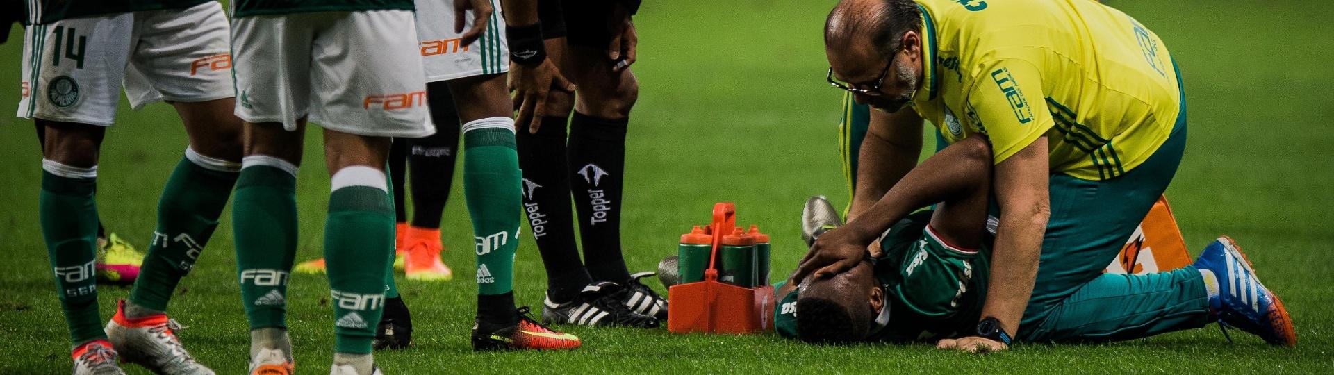 Yerri Mina sente lesão no fim do primeiro tempo do clássico Palmeiras x Santos