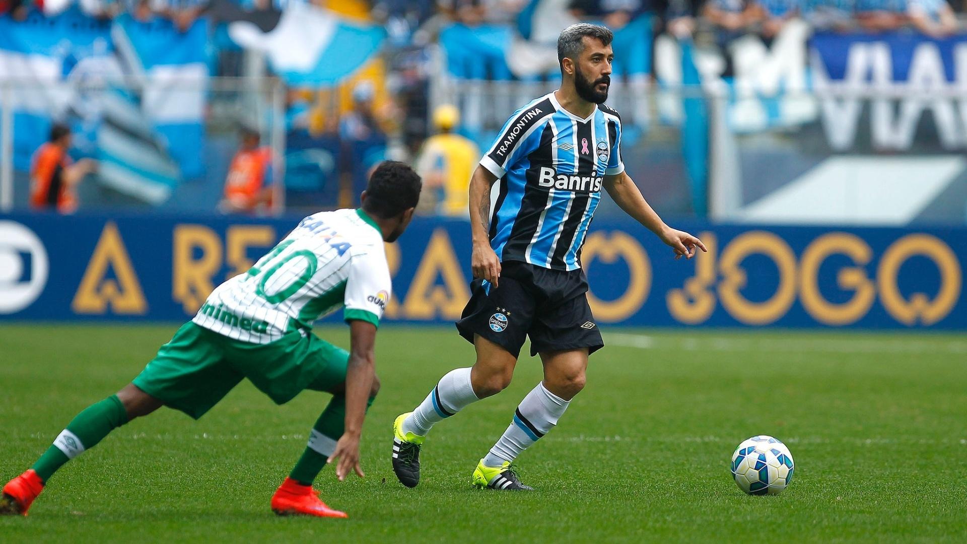 Douglas tenta se livrar da marcação e parte para o ataque no duelo entre Grêmio e Chapecoense