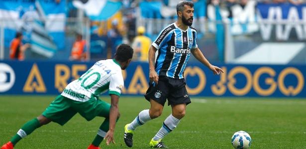 Douglas ficará no Grêmio por mais uma temporada após renovação. Só falta assinar
