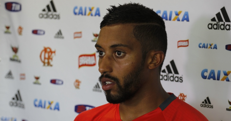 O zagueiro César Martins concede entrevista coletiva após o treinamento do Flamengo
