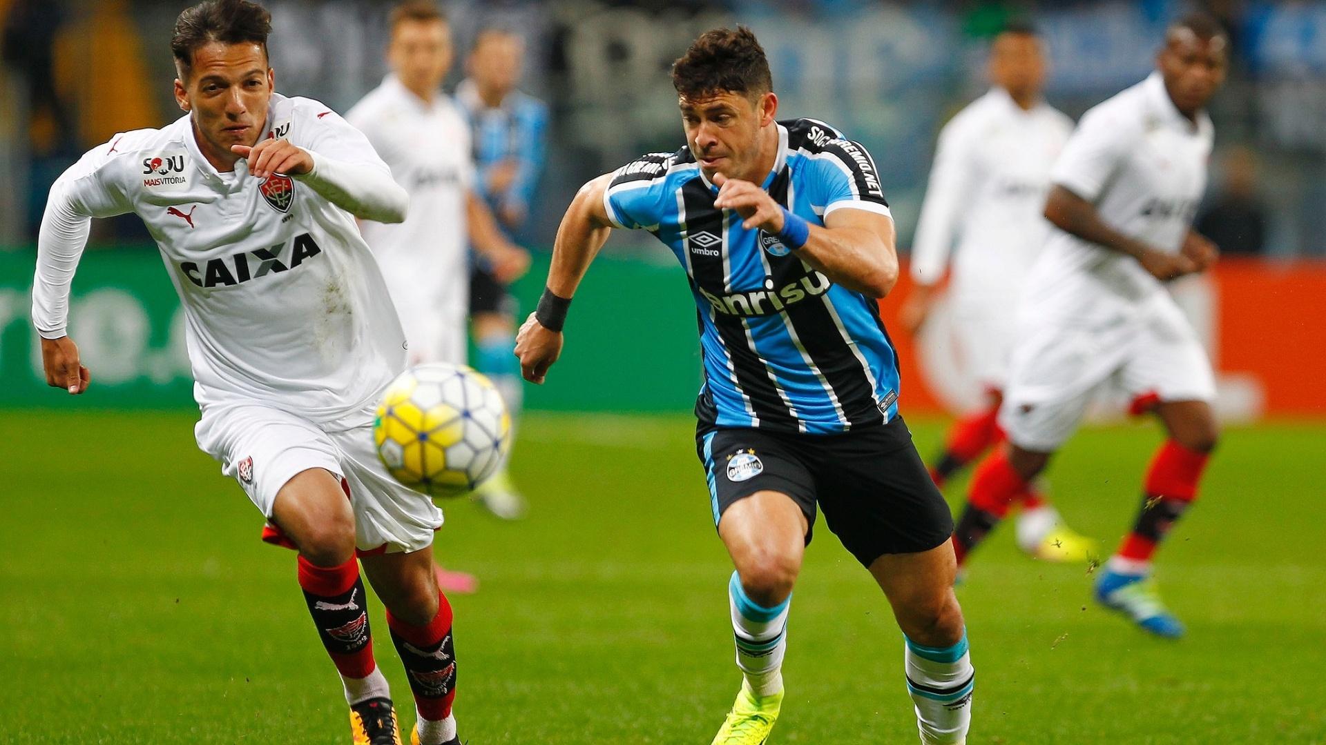 Giuliano tenta arrancada na partida entre Grêmio e Vitória