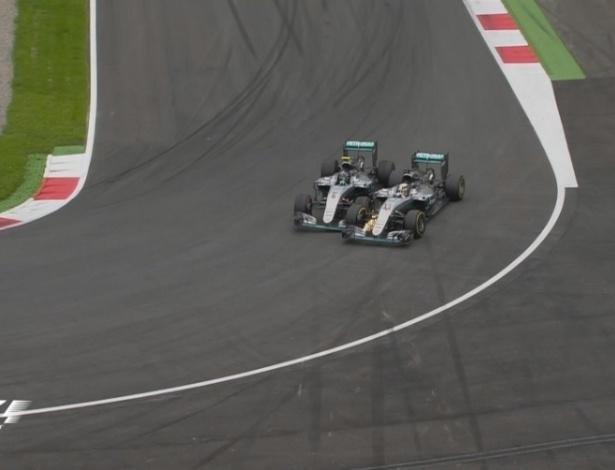 Mercedes de Lewis Hamilton e Nico Rosberg se tocam na última volta. Inglês levou a melhor
