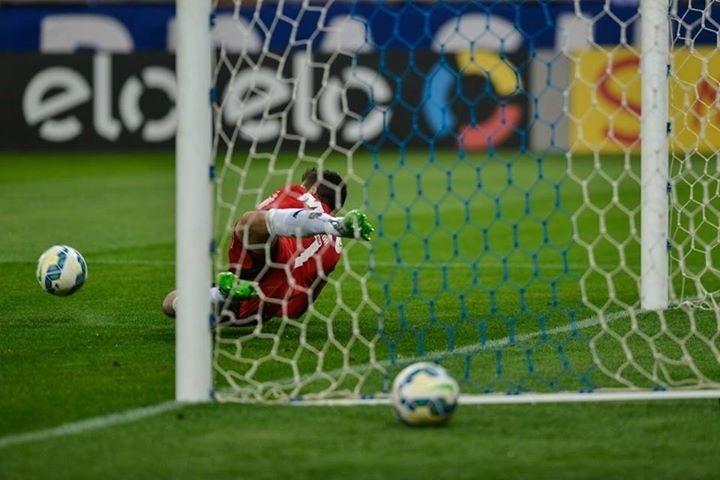Victor defende pênalti batido por Willian, no clássico entre Cruzeiro e Atlético-MG