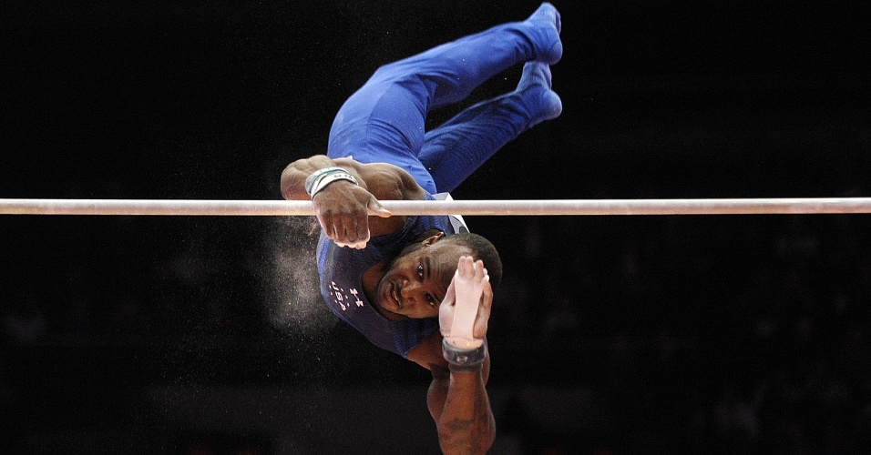 Donnell Whittenburg, ginasta norte-americano, se apresenta na barra fixa na eliminatória do Mundial de ginástica artística