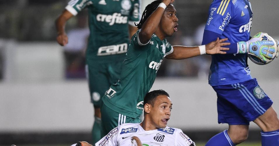 Arouca e Ricardo Oliveira, no lance em que o palmeirense cometeu pênalti no santista