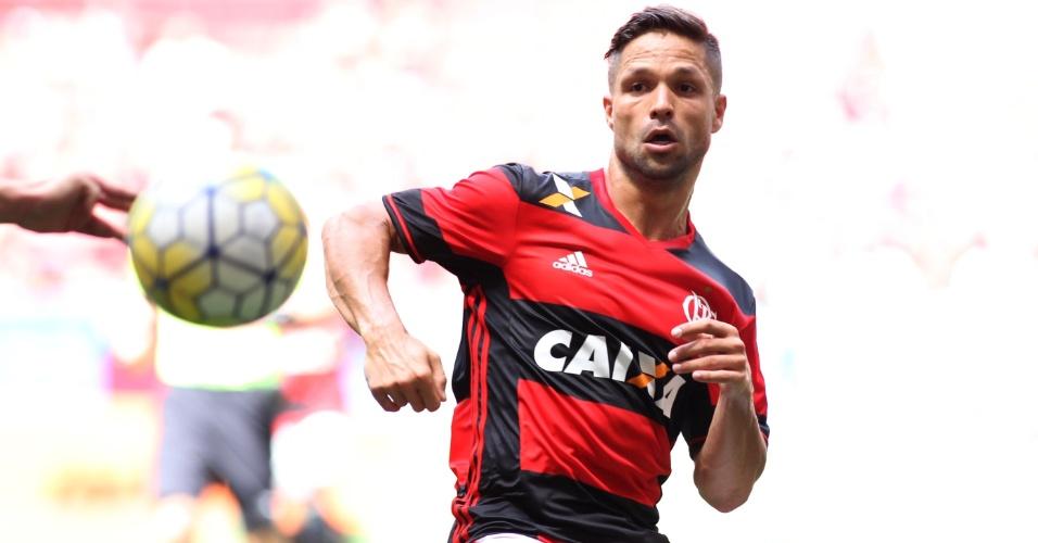 Diego briga pela bola na estreia vitoriosa com a camisa do Flamengo