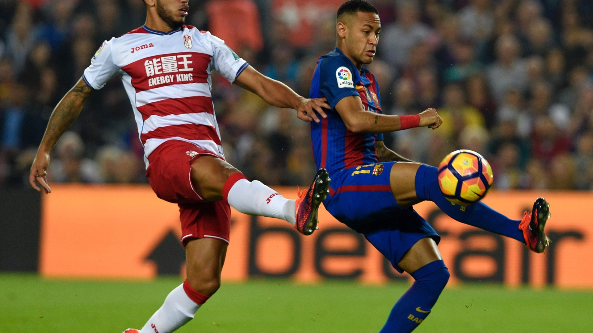 Neymar disputa a bola com Vezo, do Granada