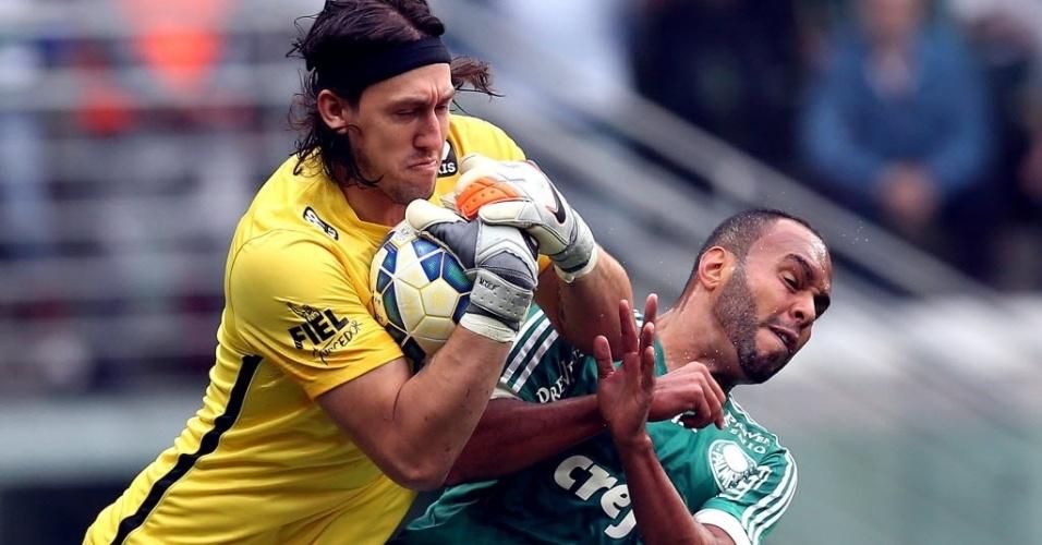 Ao fazer defesa, Cássio (esq.), do Corinthians, se choca com Alecsandro, do Palmeiras, em partida neste domingo (6), pela Série A do Campeonato Brasileiro