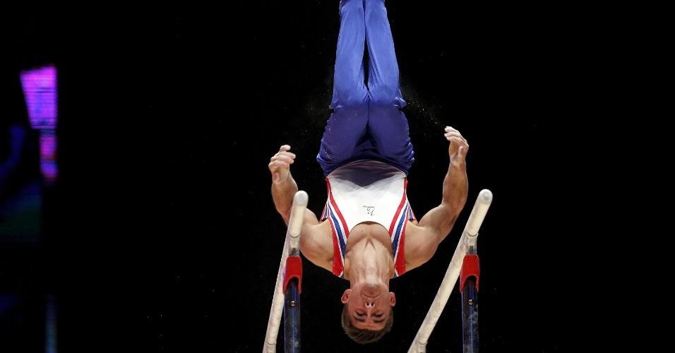 O britânico Max Whitlock executa um movimento em sua apresentação nas barras paralelas na final individual geral do Mundial de ginástica