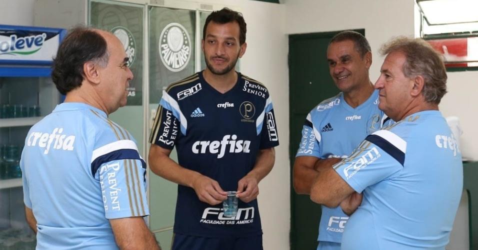Edu Dracena, contratado pelo Palmeiras por duas temporadas, conversa com o técnico Marcelo Oliveira