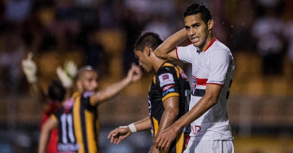 Alan Kardec se lamenta durante a partida do São Paulo contra o The Strongest, pela Libertadores