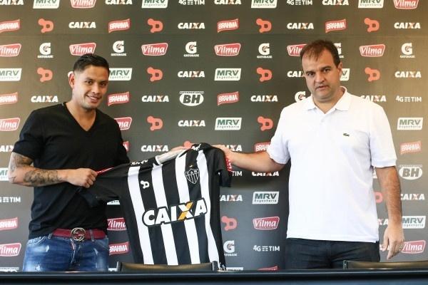 Carlos Eduardo foi apresentado como novo reforço do Atlético-MG