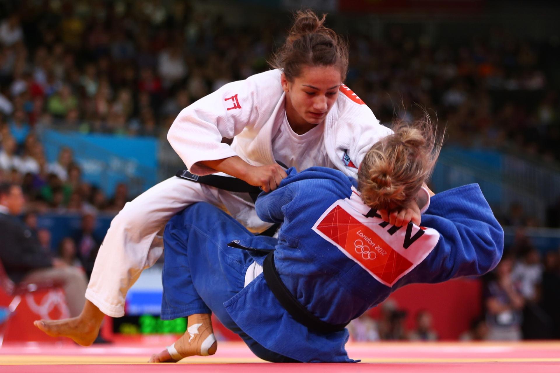 Majlinda Kelmendi (branco), do Kosovo, compete pela Albânia nos Jogos Olímpicos de Londres-2012