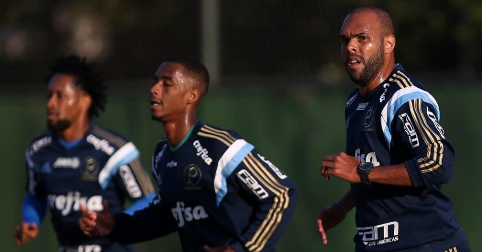 Alecsandro, Matheus Sales e Zé Roberto correm na Academia de Futebol do Palmeiras