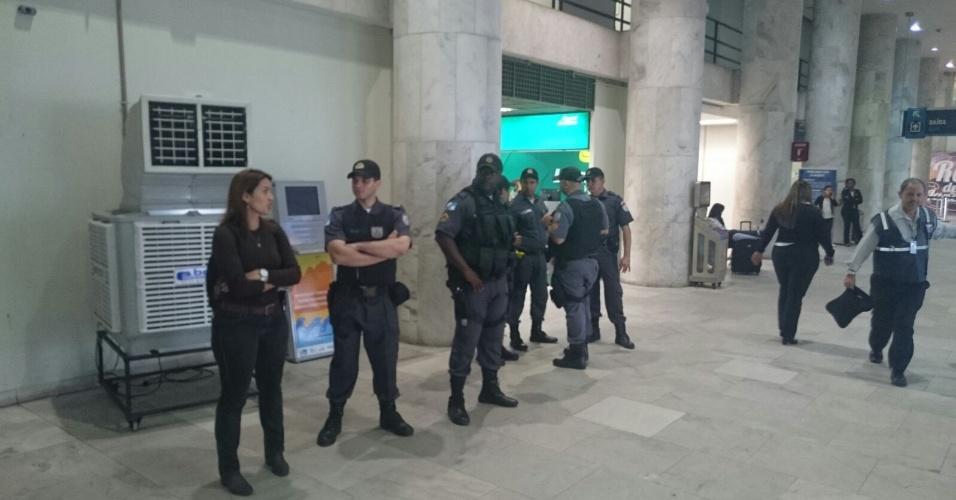 Polícia Militar se posiciona para receber delegação do Vasco no aeroporto Santos Dumont