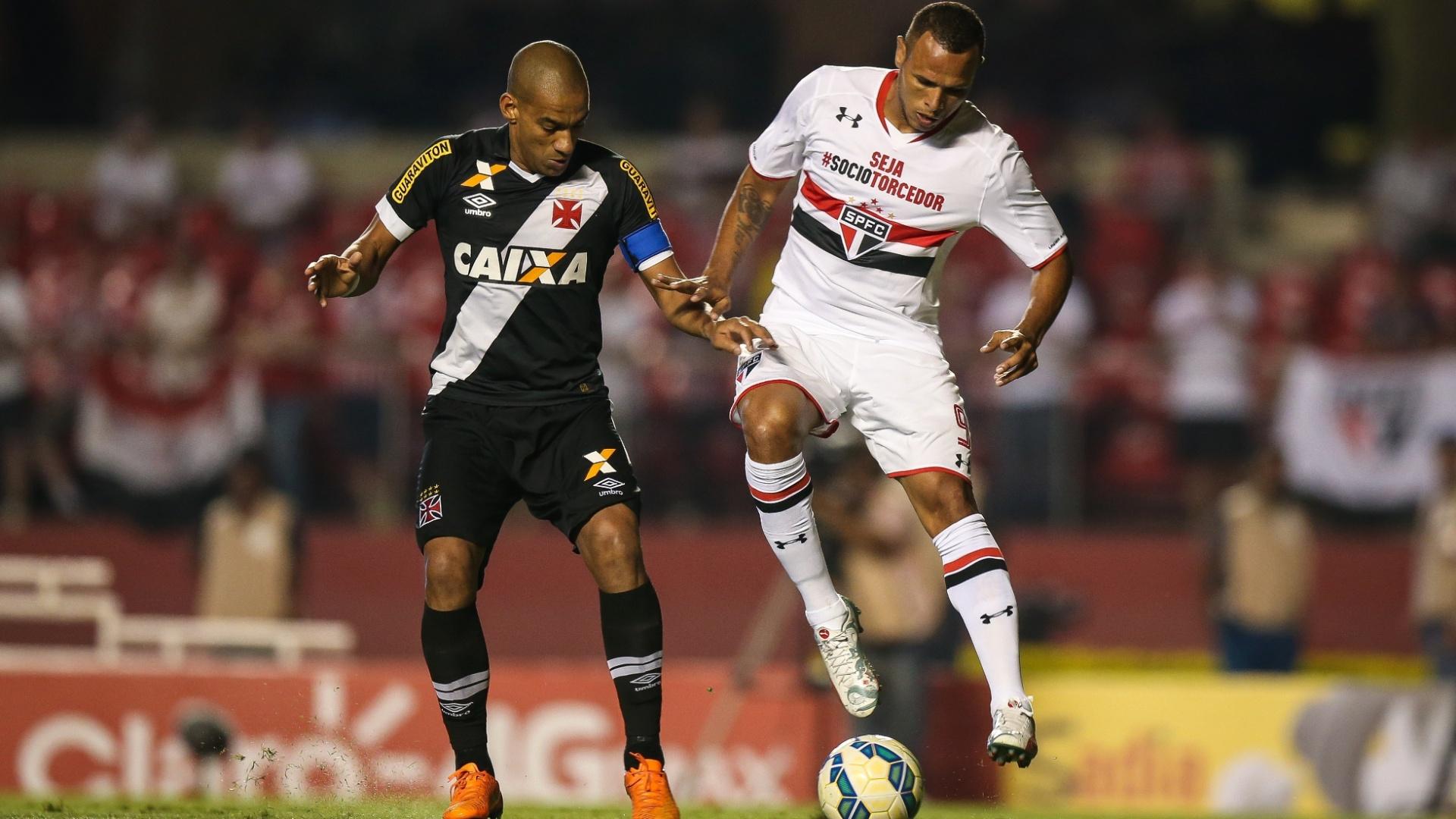 Luis Fabiano e Rodrigo disputam a bola durante o confronto entre São Paulo e Vasco pela Copa do Brasil