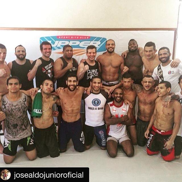 Felipe Olivieri posa ao lado de outros atletas da Nova União