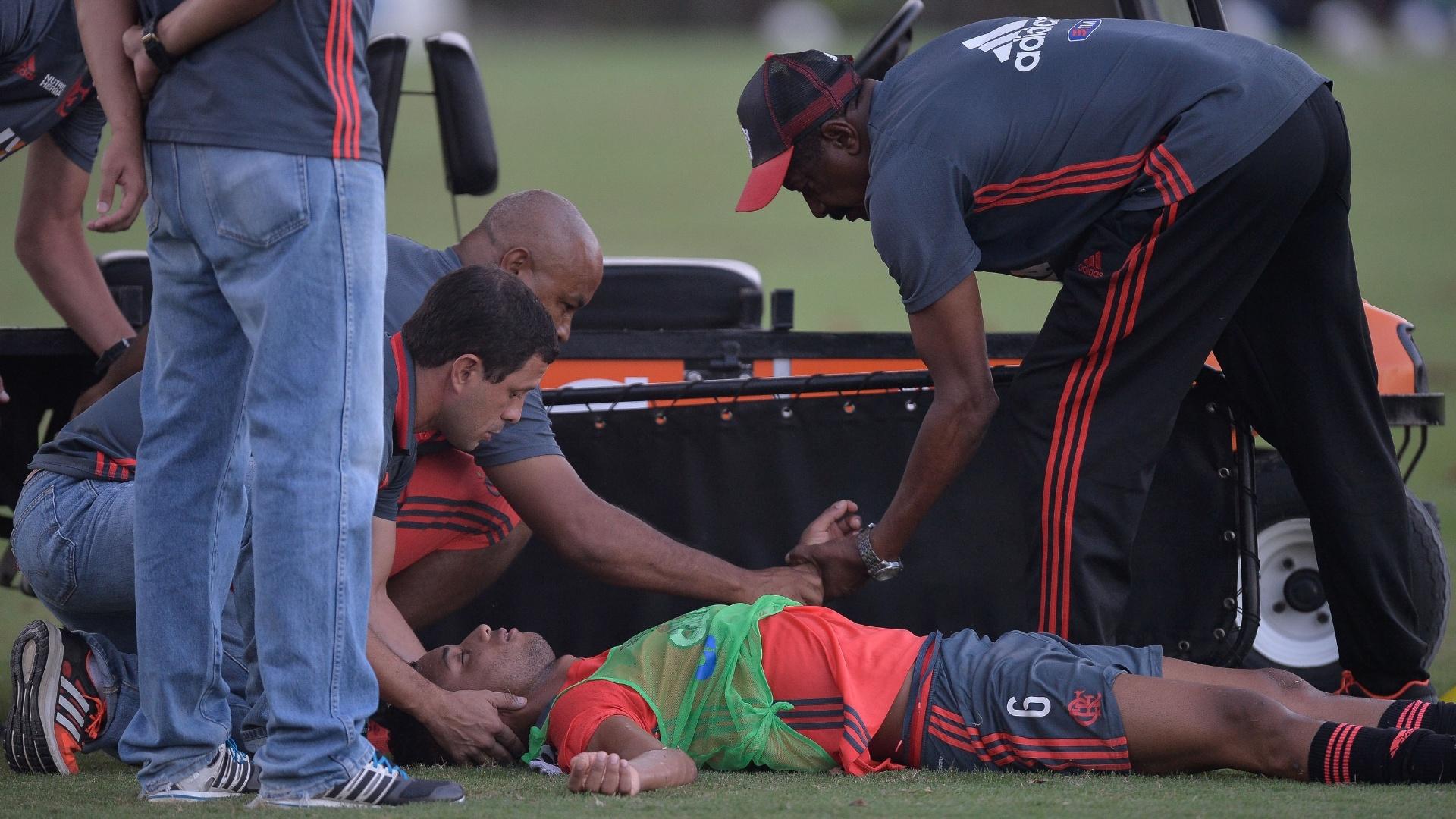 Jorge desacordado apos choque com Para durante treino do Flamengo no Ninho do Urubu