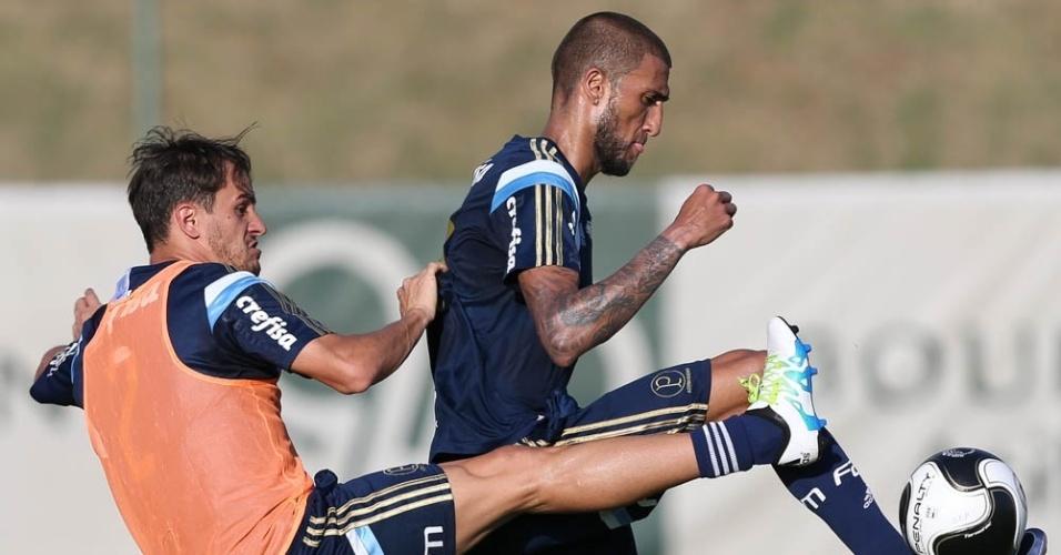 Lucas e Rafael Marques participam de treino do Palmeiras em Atibaia