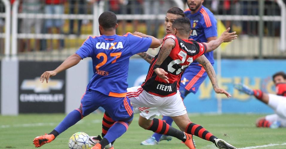 Éverton completa cruzamento para anotar o primeiro gol do Brasileirão 2016