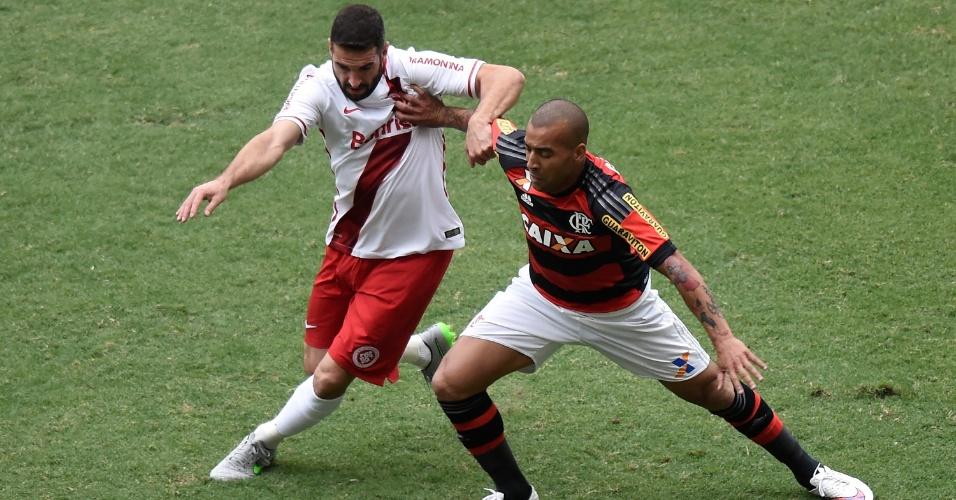 Emerson Sheik tenta fugir da marcação do Inter no duelo entre Flamengo e Inter pelo Brasileirão