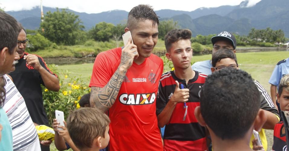 De bom humor, Paolo Guerrero é cercado por jovens torcedores em Mangaratiba