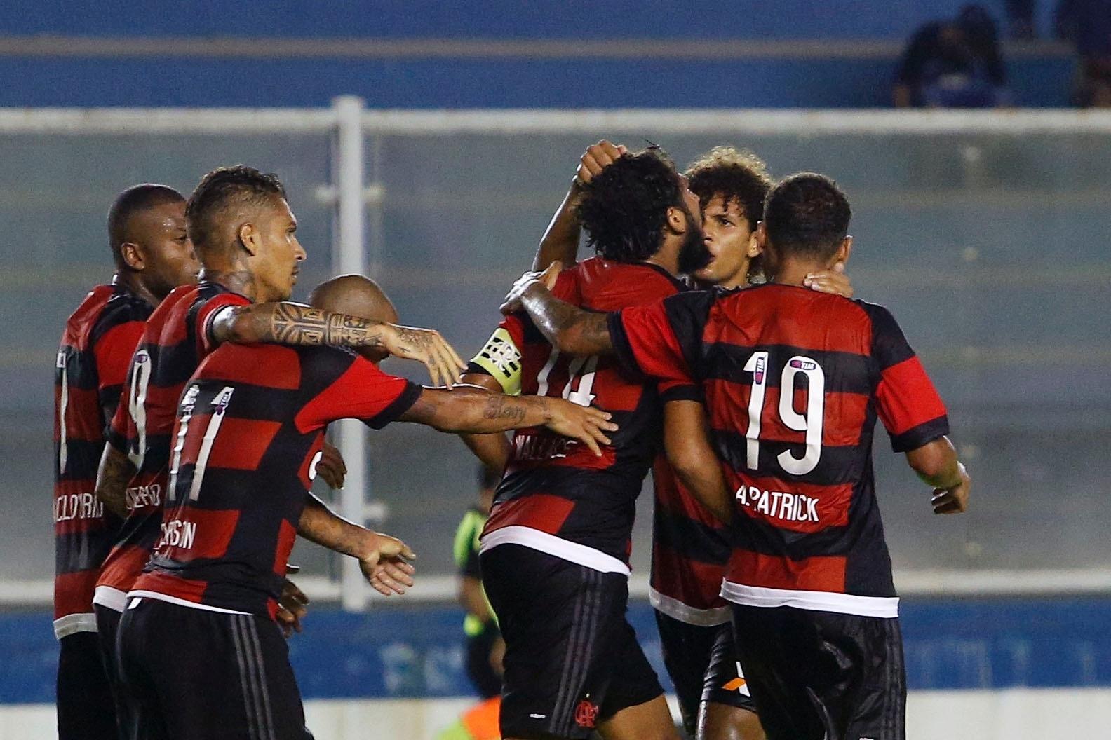 Jogadores do Flamengo comemoram o gol de Wallace contra o Macaé