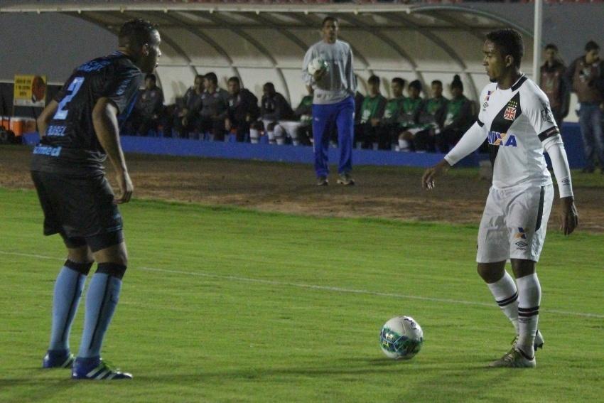 Igor tenta roubar bola de Jorge Henrique na partida Londrina x Vasco pela Série B