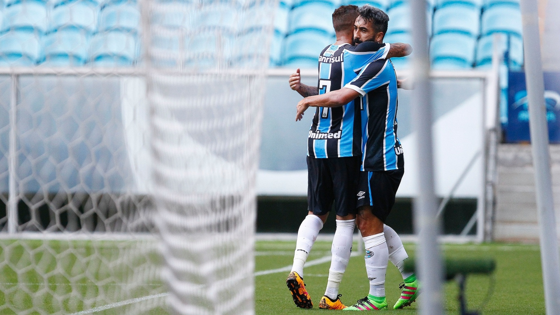 Douglas comemora o seu gol pelo Grêmio contra o Coritiba, pela Primeira Liga